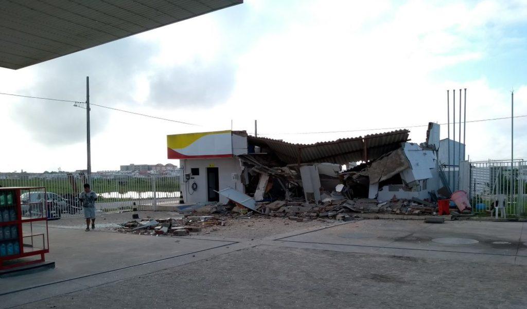 Dez homens explodem cofre de posto de combustível e fogem com R$ 30 mil, em CG
